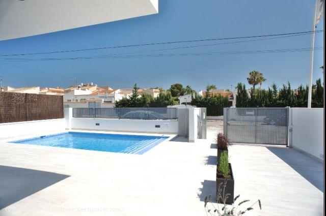ea_la_siesta_sun_villa_pool_view_2_15096378386